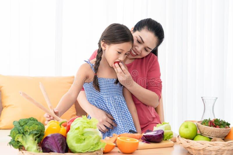 Mãe e filha que cozinham e que comem o alimento caseiro junto em casa Estilos de vida dos povos e ingredientes de alimento Sa?de  foto de stock royalty free