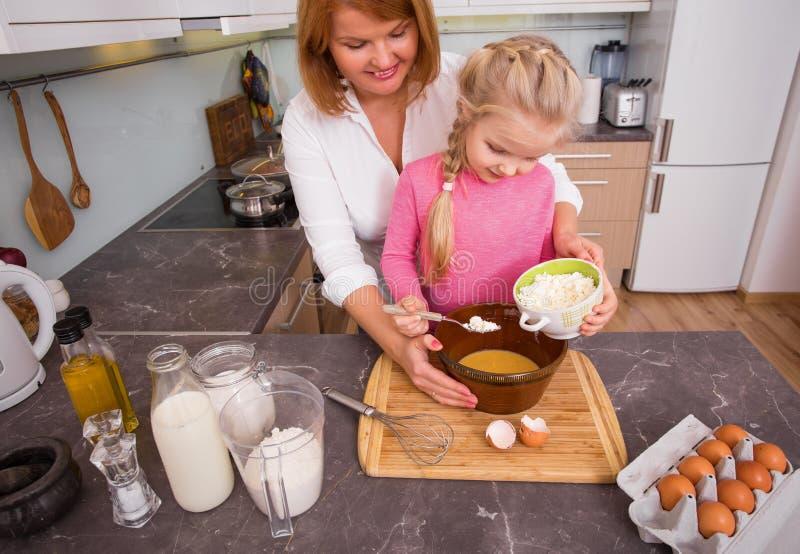 Mãe e filha que cozinham cookies junto imagem de stock royalty free