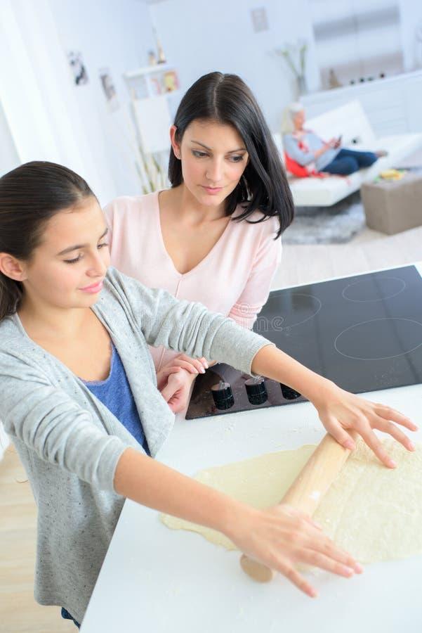 Mãe e filha que cozinham na cozinha imagens de stock