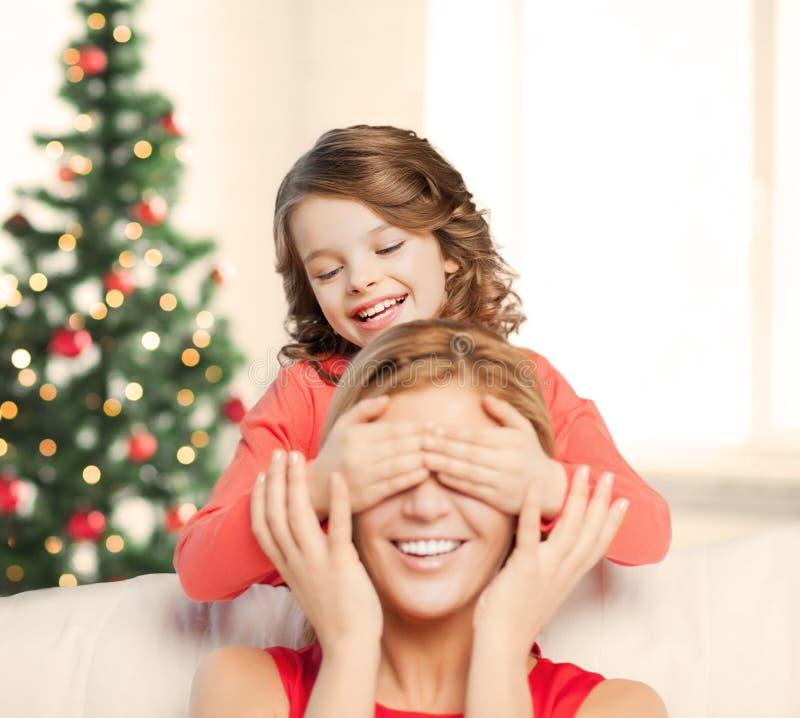 Mãe e filha que fazem um gracejo fotografia de stock