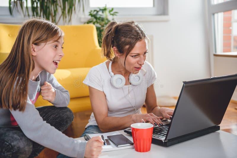 Mãe e filha que jogam jogos de vídeo fotografia de stock royalty free