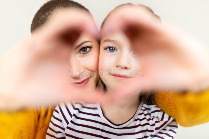 Mãe e filha que olham com o gesto de mão dado forma coração do símbolo do amor Família, amor, conceito da unidade Dia feliz do `s foto de stock royalty free