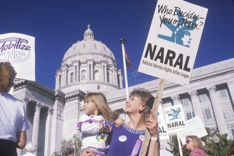 Mãe e filha que participam na reunião a favor do aborto, Missouri fotografia de stock royalty free