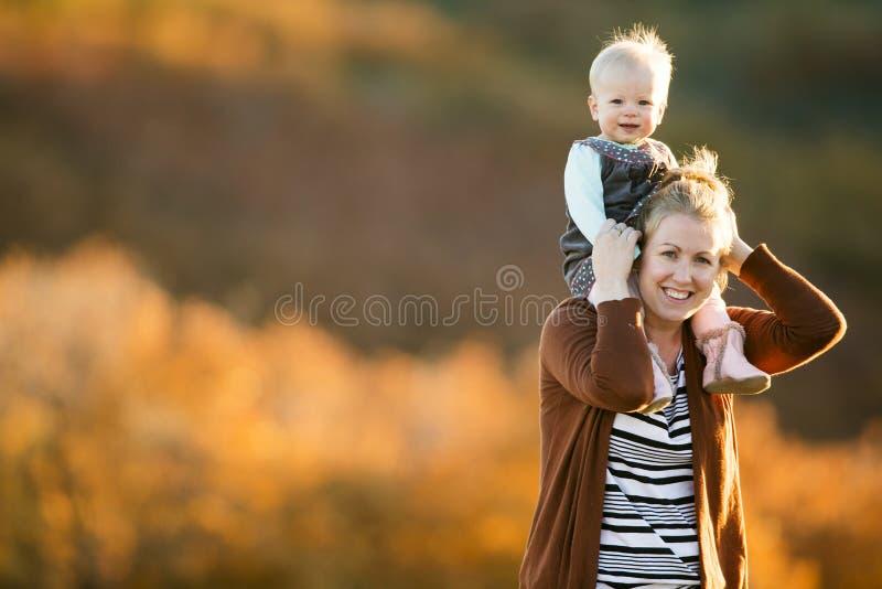Mãe e filha que têm o divertimento em um campo imagens de stock
