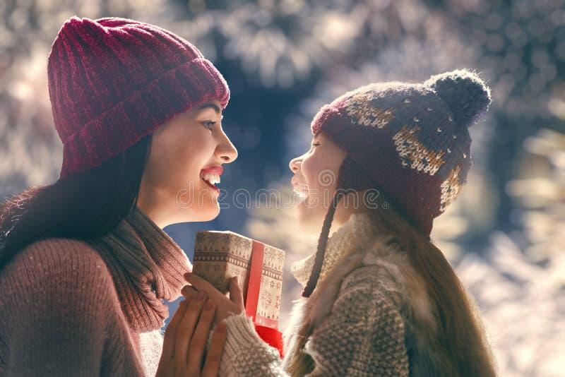 Mãe e filha que trocam presentes imagem de stock royalty free