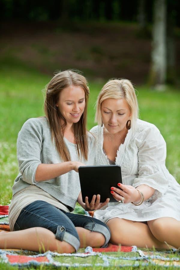Mãe e filha que usa a tabuleta de Digitas fotos de stock royalty free