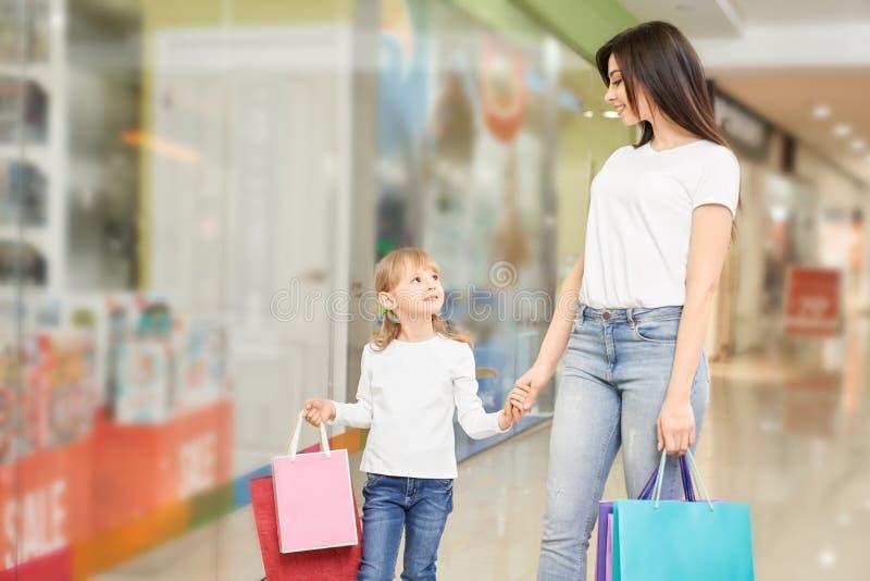Mãe e filha que vão na alameda e que compram junto imagens de stock royalty free