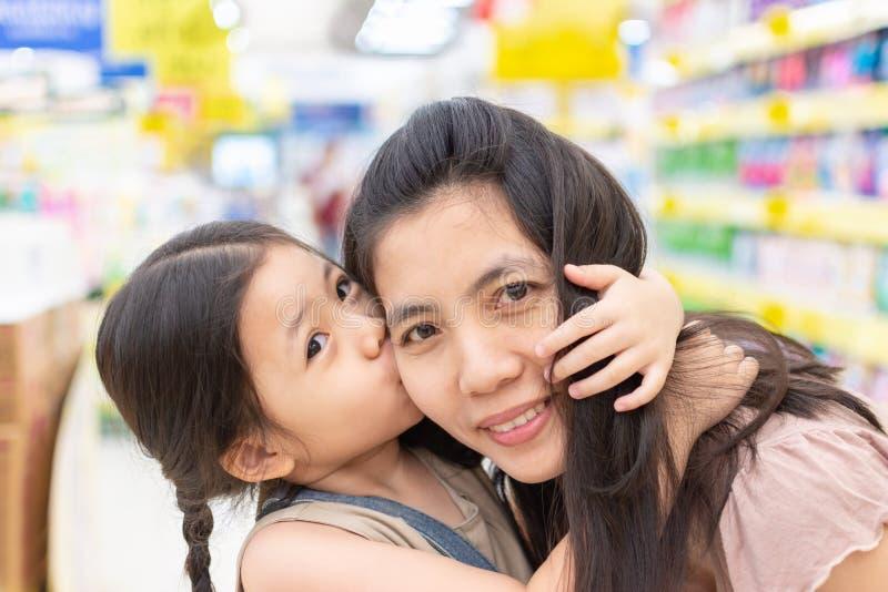 A mãe e a filha sorriram e abraçaram-se na alameda imagem de stock royalty free