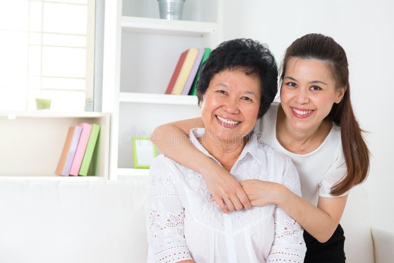 Mãe e filha superiores. fotografia de stock royalty free