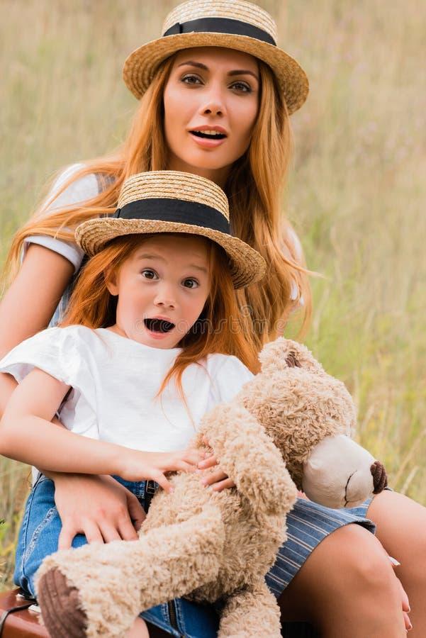 Mãe e filha surpreendidas fotos de stock