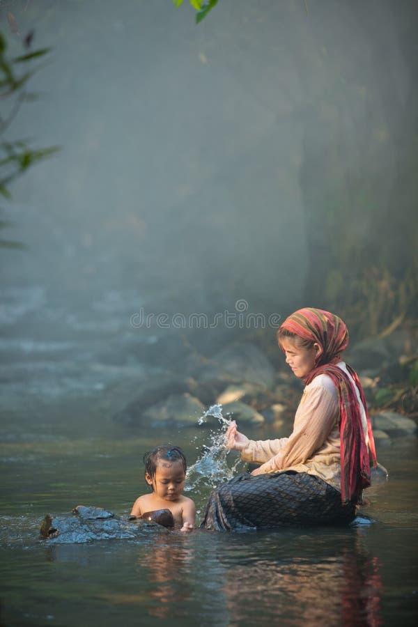 A mãe e a filha tomam um banho imagens de stock