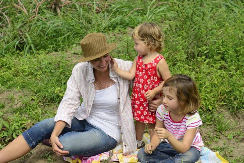 Mãe e filhas que jogam fora imagem de stock royalty free