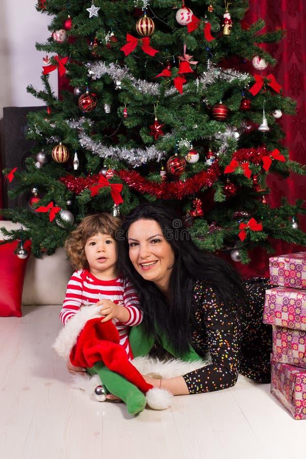 Mãe e filho alegres sob a árvore de Natal imagens de stock