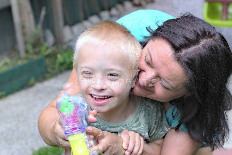 Mãe e filho com Síndrome de Down fotografia de stock