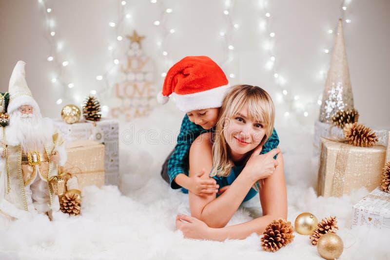 Mãe e filho da família que comemoram o feriado do Natal ou do ano novo imagens de stock royalty free