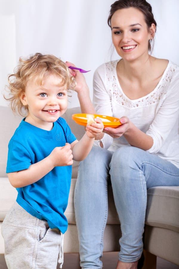 Mãe e filho durante comer a refeição imagens de stock royalty free