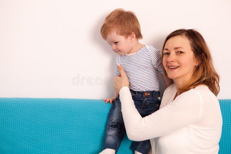 Mãe e filho em casa que jogam foto de stock royalty free