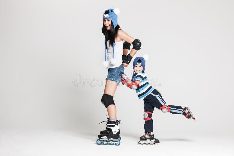 Mãe e filho em patins de rolo foto de stock royalty free