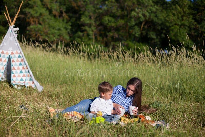 Mãe e filho em um feriado comer do ar livre do piquenique fotografia de stock royalty free