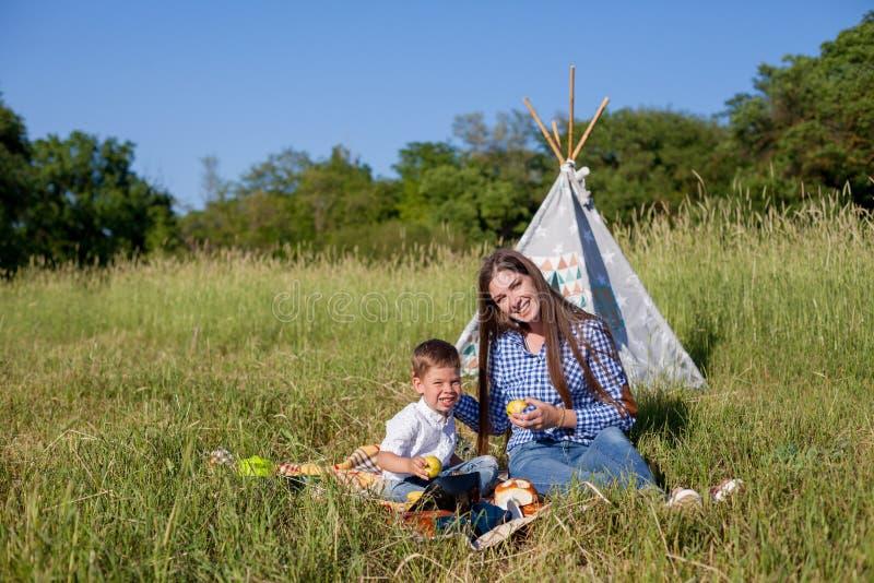 Mãe e filho em um feriado comer do ar livre do piquenique fotografia de stock