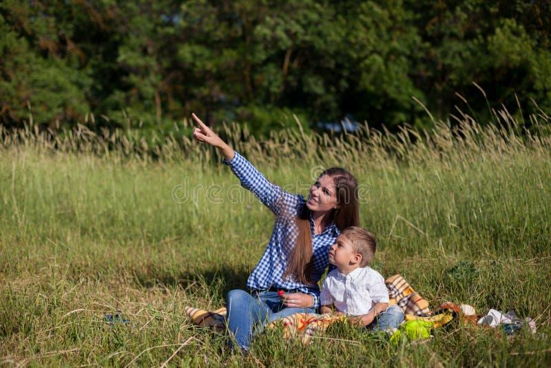 Mãe e filho em um olhar do feriado comer do ar livre do piquenique foto de stock