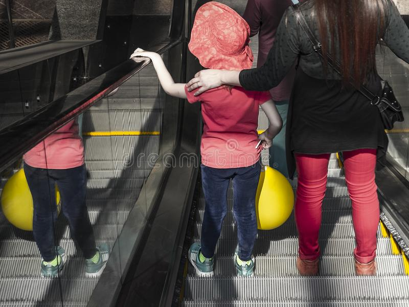 Mãe e filho em uma escada rolante imagens de stock royalty free