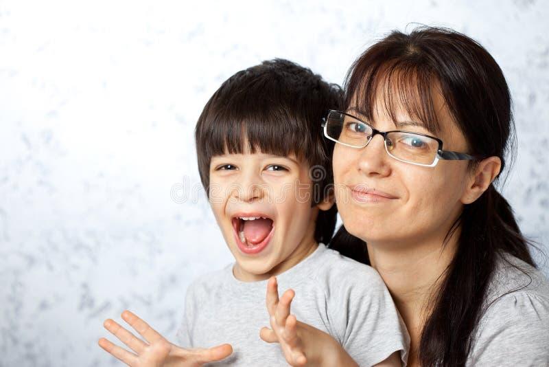 Mãe e filho felizes imagens de stock