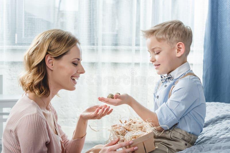 Mãe e filho felizes foto de stock