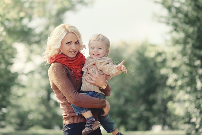 Mãe e filho felizes da família do retrato do outono foto de stock royalty free
