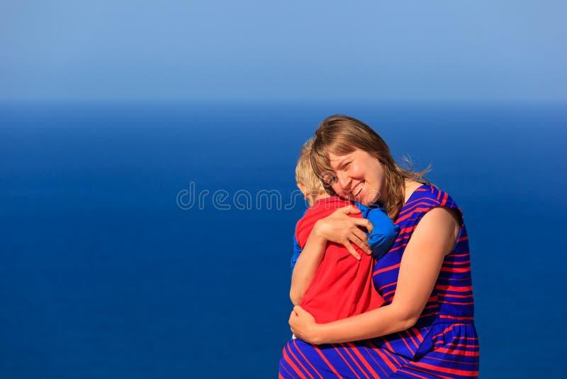 Mãe e filho felizes em férias do mar fotografia de stock