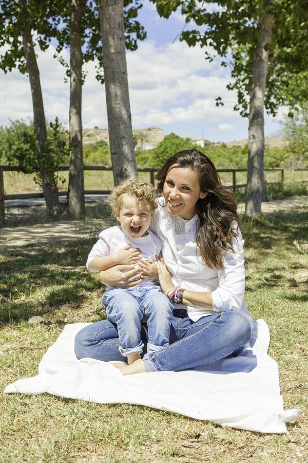 Mãe e filho felizes no campo imagem de stock