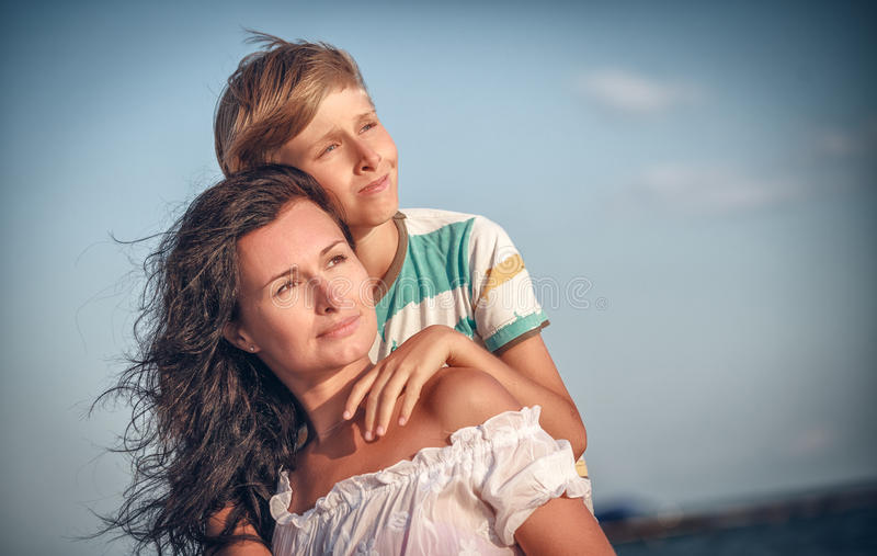 Mãe e filho felizes no mar, exterior fotos de stock