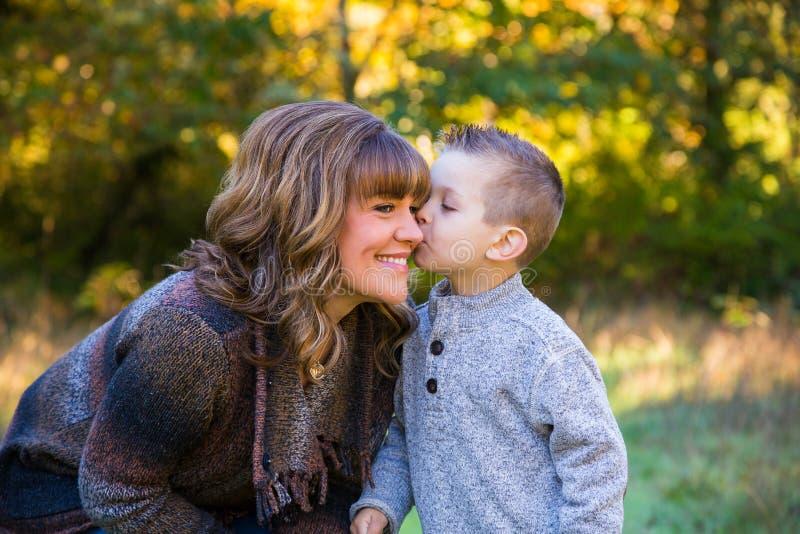 Mãe e filho fora imagem de stock royalty free