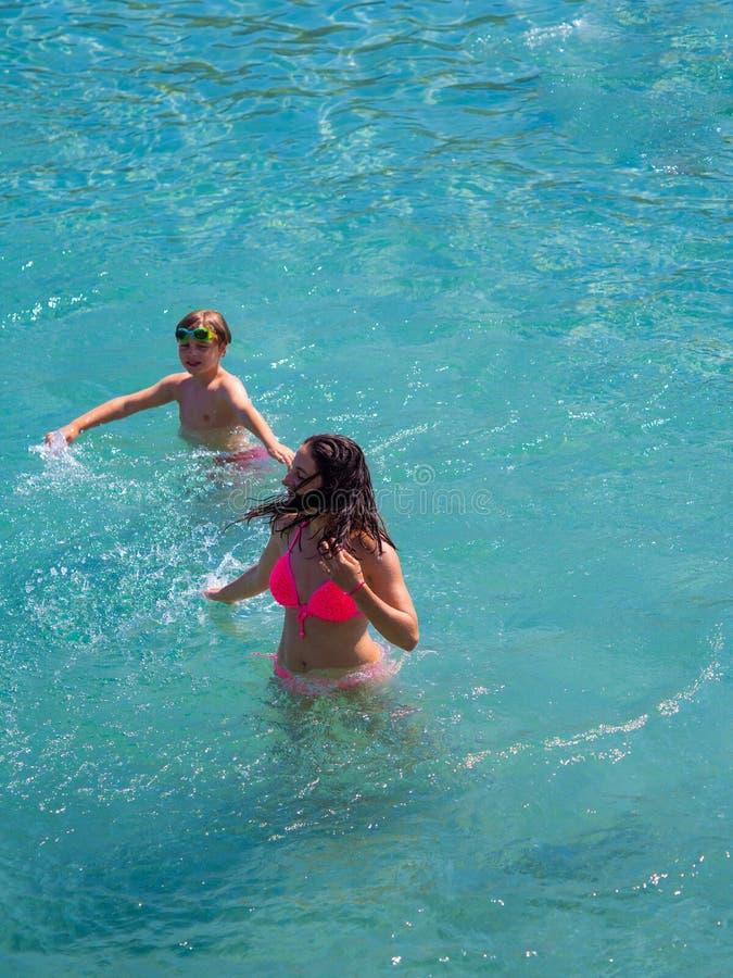 Mãe e filho na água fotografia de stock royalty free