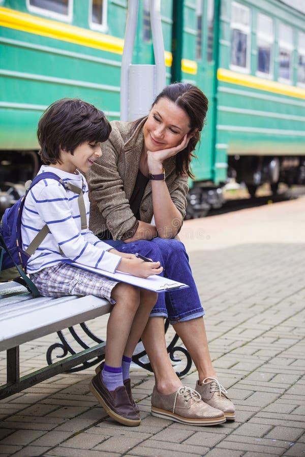 Mãe e filho na estação de estrada de ferro imagens de stock