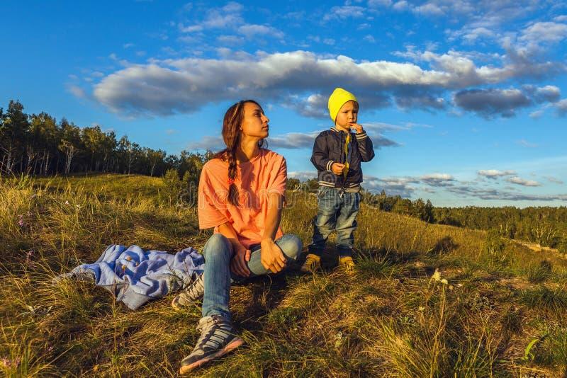 Mãe e filho na natureza do outono fotografia de stock royalty free