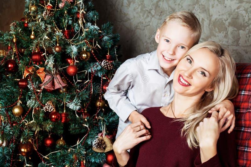 Mãe e filho no Natal foto de stock