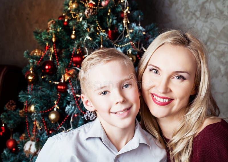 Mãe e filho no Natal imagens de stock