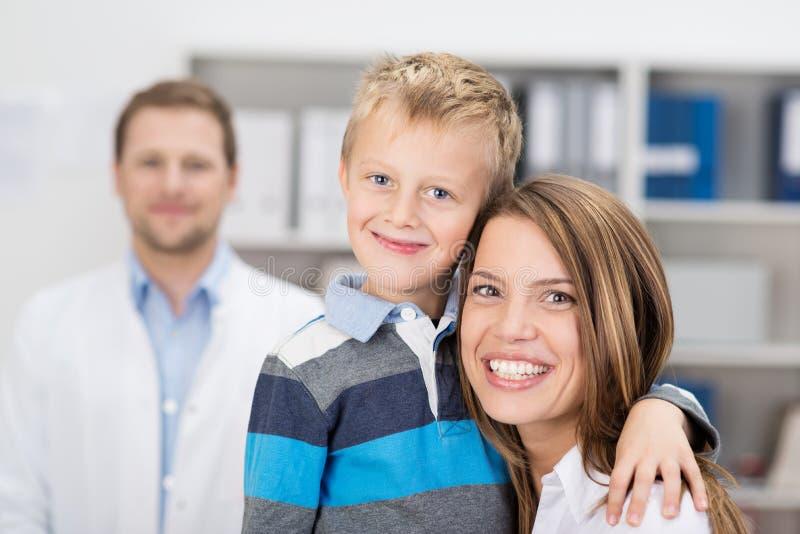 Mãe e filho novos em uma cirurgia dos doutores fotos de stock
