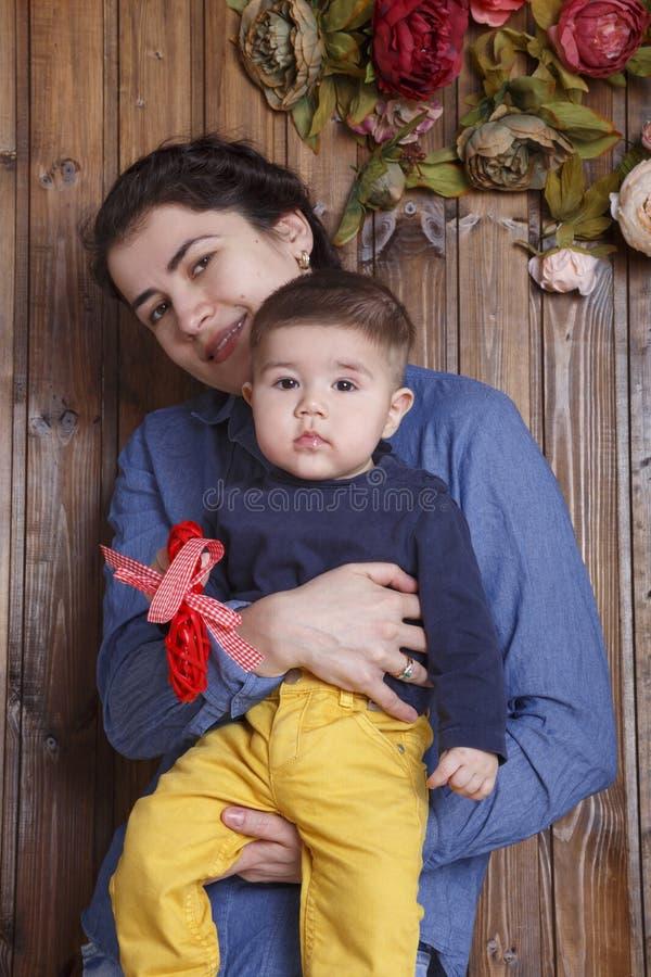 Mãe e filho pequeno imagens de stock