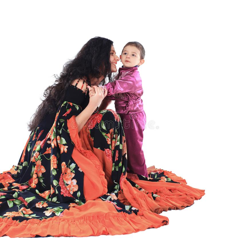 Mãe e filho pequeno nos trajes aciganados imagens de stock royalty free