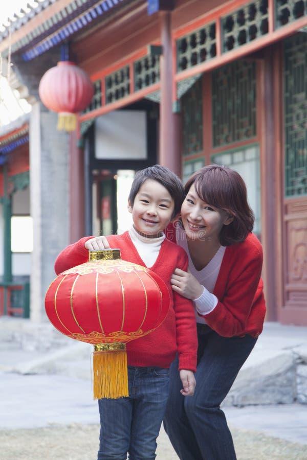 Mãe e filho que guardam a lanterna chinesa fotografia de stock