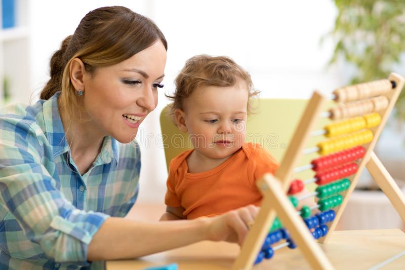 Mãe e filho que jogam com ábaco, educação adiantada fotos de stock