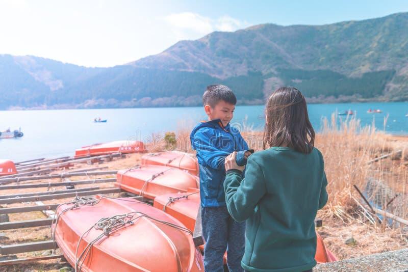 Mãe e filho que jogam perto de Ashi Lake em Hakone, Japão fotografia de stock royalty free