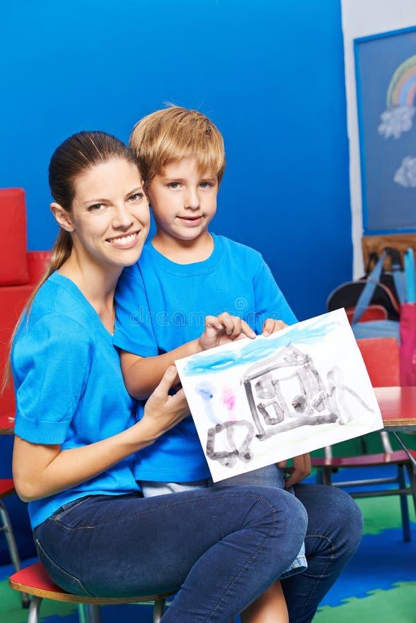 Mãe e filho que mostram a pintura fotos de stock royalty free