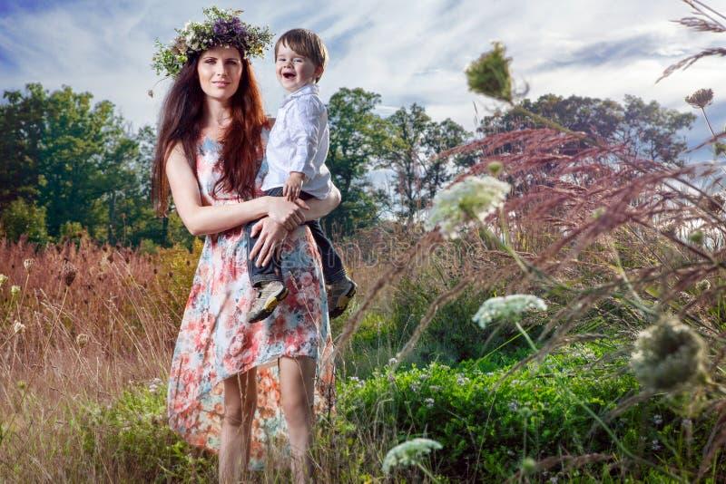 A mãe e o filho apreciam o dia de verão fotografia de stock royalty free