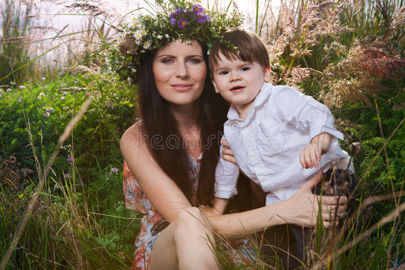 A mãe e o filho apreciam o dia de verão fotografia de stock