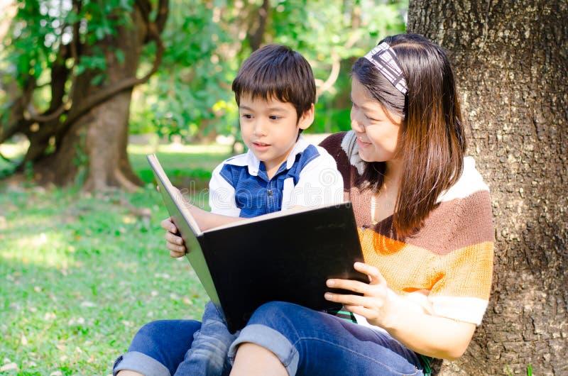 A mãe e o filho leram um livro junto imagem de stock royalty free