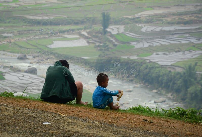 A mãe e o filho olham a vista bonita em Sapa fotografia de stock royalty free