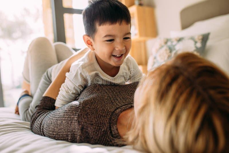 A mãe e o filho que têm um divertimento cronometram em casa imagens de stock royalty free